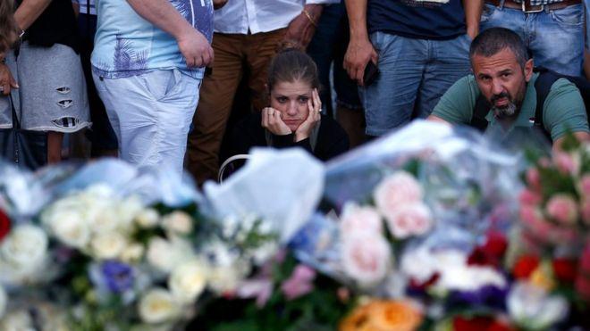 Pessoas prestam homenagem a vítimas de ataque com caminhão na Promenade des Anglais