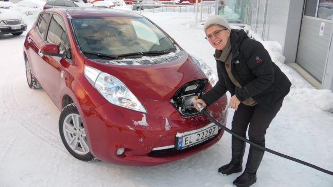 Elisabeth Bryn loves her Nissan LEAF electric car in snowy Tromso