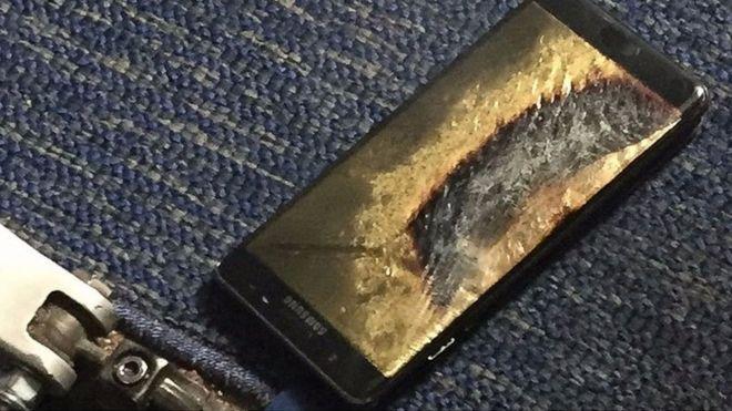 """El propietario del avión arrojó el celular al suelo cuando notó que se sobrecalentaba, y el dispositivo comenzó a echar """"un humo gris-verdoso""""."""