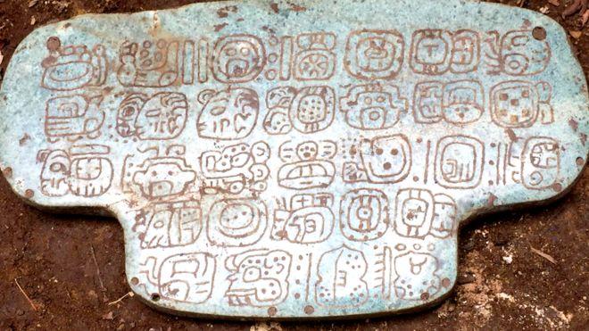 Símbolos grabados en el colgante de jade