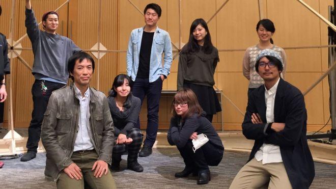 Narukawa, arrodillado en primera fia.