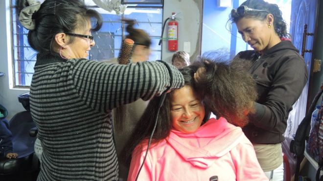 Estudiantes ponen a prueba lo que han aprendido del corte de cabello