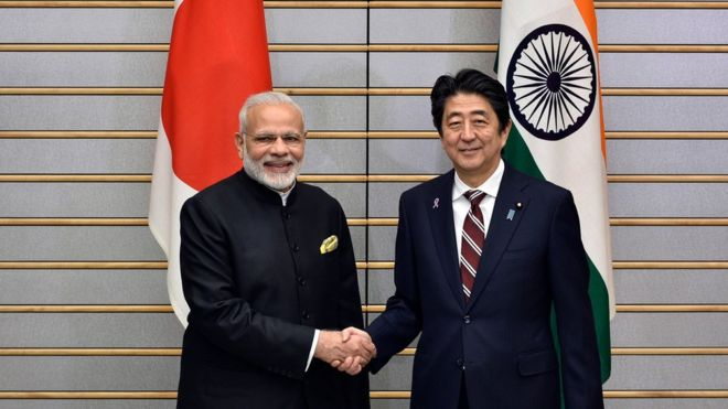 Il Primo ministro indiano Narendra Modi con quello giapponese Shinzo Abe - credits: Ap press