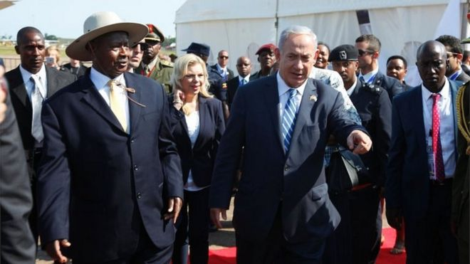 Benjamin Netanyahu and Ugandan President Yoweri Museveni at Entebbe airport (04/07/16)