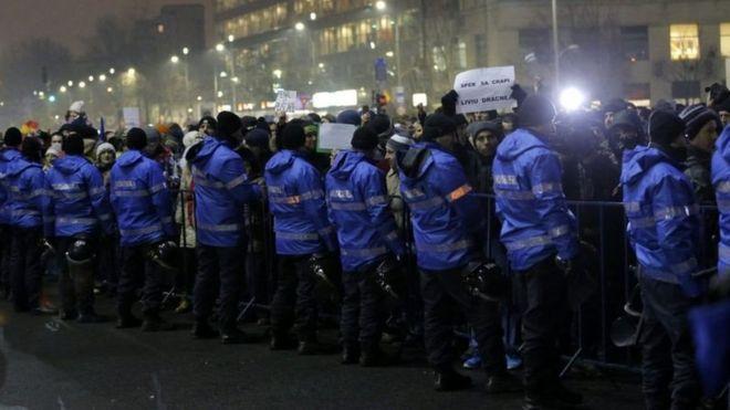 Polisi wakiwa wamewatenga waandamanaji kuingia katika majengo ya serikali mjini Bucharest
