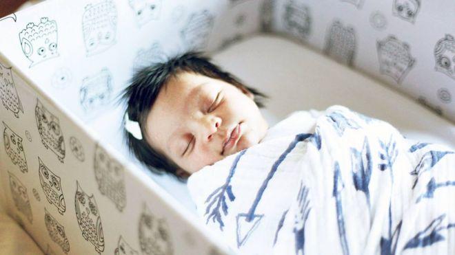 Bebê dorme em caixa