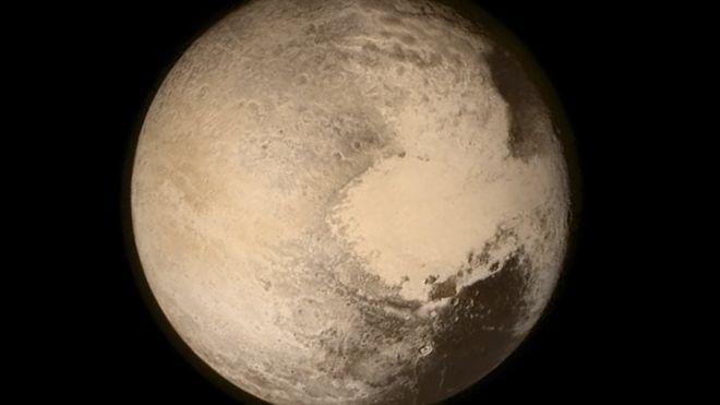 محيط بلوتو موجود تحت منطقة سبوتنيك بلانيشيا المتجمدة التي تشبه القلب ويجعل القمر يدور بمحاذاة تلك المنطقة
