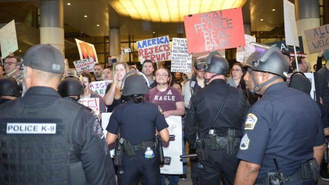 Policía evita el ingreso de manifestantes al aeropuerto de Los Angeles.