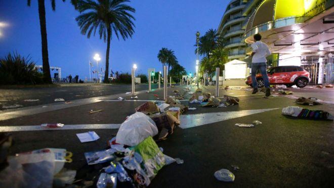 Un hombre corre por el paseo de los ingleses de Niza después del ataque