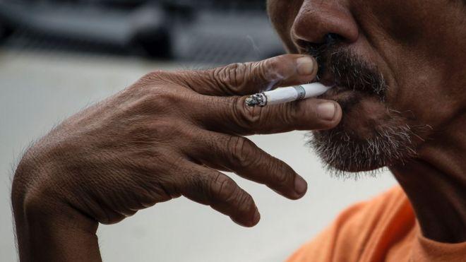 Hombre fumando cigarrillo.