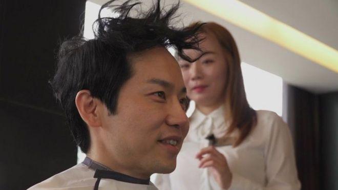 Cha Kil-yong faz um penteado antes de sua aula