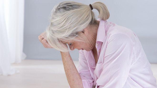 امرأة تعاني صداعا نصفيا.