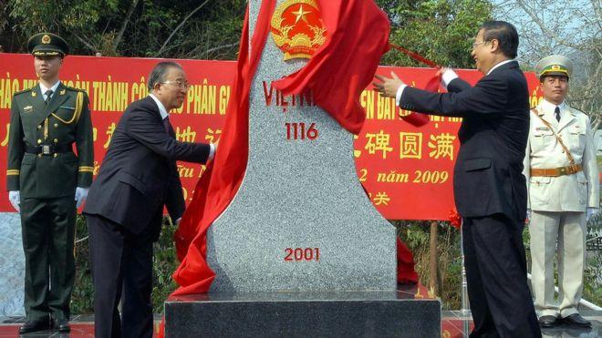 中國和越南在友誼關公路口岸舉行界碑揭幕儀式,慶祝中越陸地邊界勘界立碑工作結束。