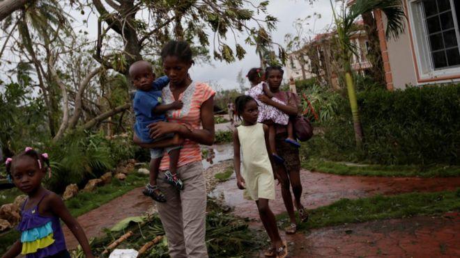 Personas desalojando un hotel de Les Cayes, Haití