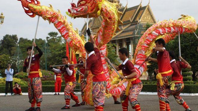 Mùa rồng và sư tử trước Cung điện Hoàng gia ở Phnom Penh, Campuchia