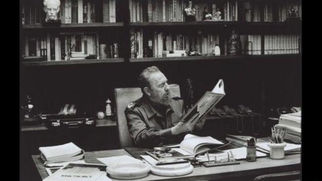 كاسترو في مكتبه