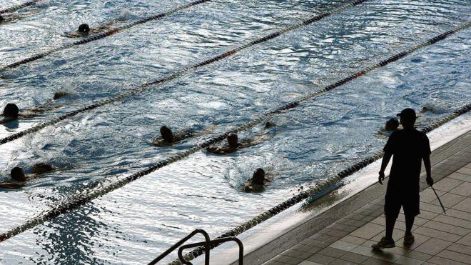 Школьниц-мусульманок в Швейцарии обязали плавать с мальчиками