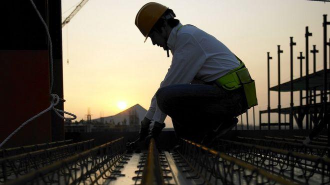 Engenheiro trabalha em obra