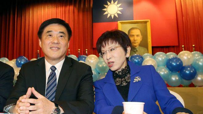 国民党主席洪秀柱(右)与国民党副主席郝龙斌(左)受邀
