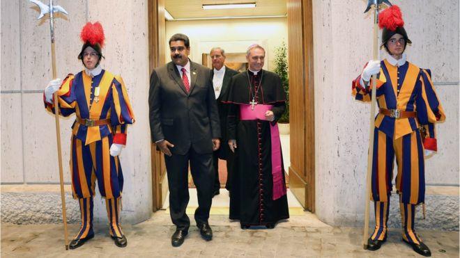 """El gobierno y la oposición de Venezuela anuncian la apertura de un """"diálogo nacional"""" tras la intervención del papa Francisco"""