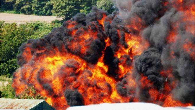 [Internacional] Avião cai e mata uma série de pessoas durante show aéreo na Inglaterra _85156859_028663283-1