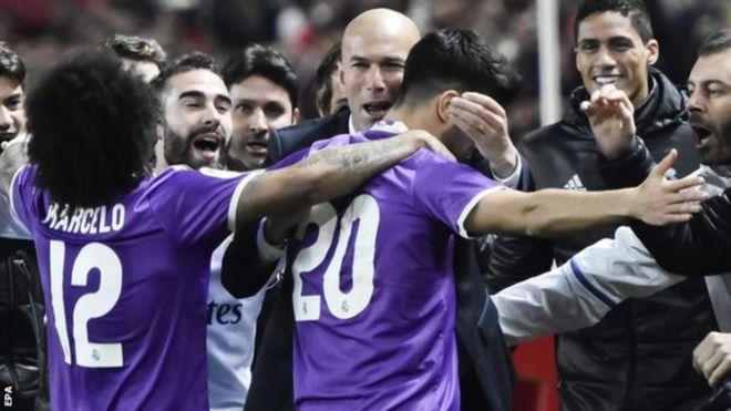 Wachezaji wa Real Madrid wakumbatiana na kocha wao Zinedine Zidane baada ya sare ya 3-3 dhidi ya Sevilla