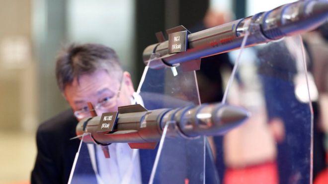 2016年10月在东京的日本2016航空展上展示的新型爱国者和萨德导弹