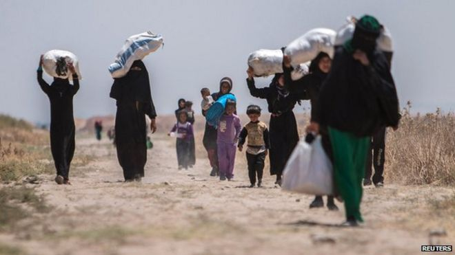 Syrian residents flee Maskana town in the Aleppo countryside and make their way towards the Turkish border on 16 June 2015