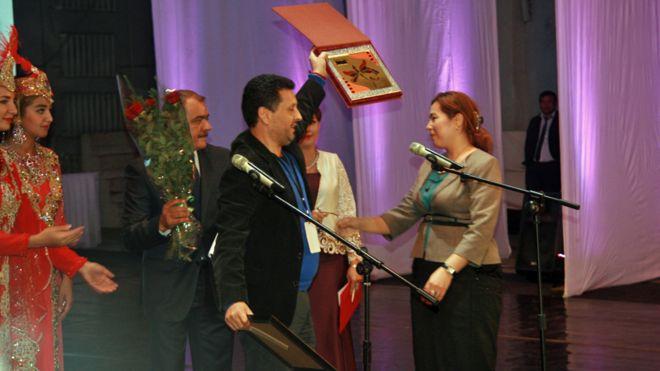 """جایزه بهترین فیلم تاجیکی را امید میرزاشیرین، کارگردان تاجیکف برای فیلم """"مشکلگشا"""" دریافت کرد."""