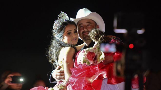 Rubí baila con su padre, Crescencio Ibarra, en su fiesta quinceañera.