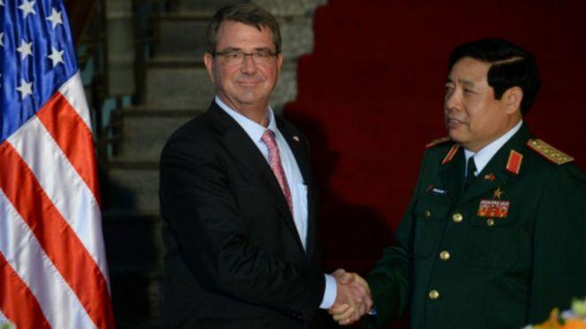 Ảnh tư liệu: Bộ trưởng Quốc phòng VN Phùng Quang Thanh đón người đồng cấp Hoa Kỳ Ashton Carter hôm 1/6/2015 tại Hà Nội