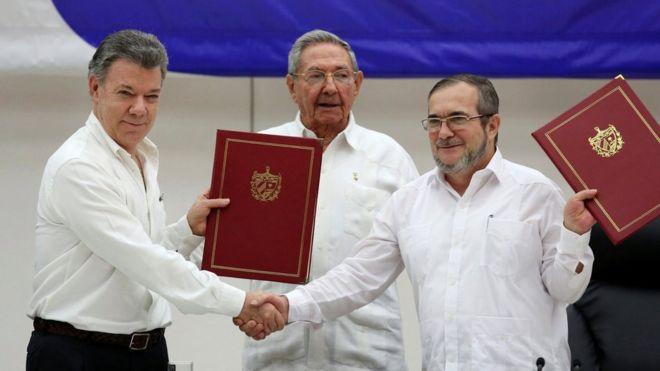 署名式で。写真左からサントス・コロンビア大統領、カストロ・キューバ国家評議会議長、FARCのロンドニョ最高司令官(23日)