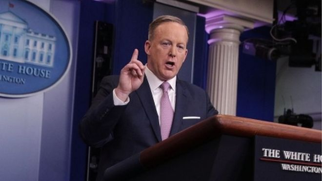 """白宫发言人斯派塞表示,中美贸易应是""""双行路""""。"""