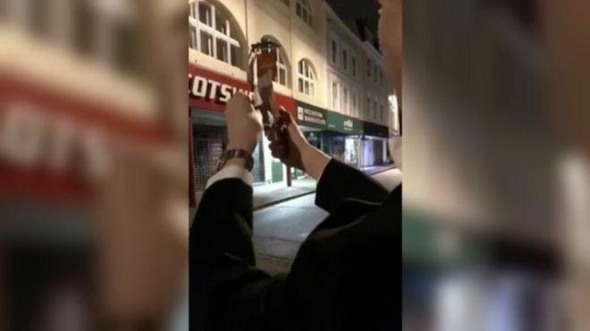 剑桥学生烧纸币嘲笑流浪汉遭社团开除