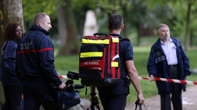 Firefighters at the entrance of the Parc Monceau, Paris (28 May)