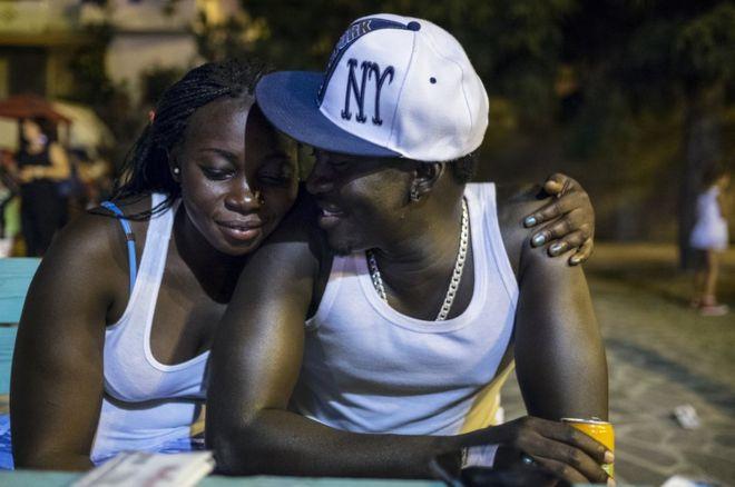 Gambians Shiriffo et Eva sont Gambiens. Ils viennent de se marier. Ils ont quitté le pays pour fuir la dictature et le manque d'emplois.