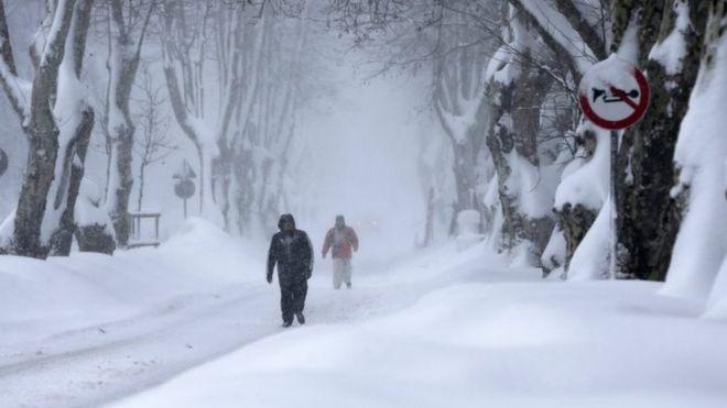 La gente camina en una pesada nevada en Estambul, el nueve de enero de 2017.