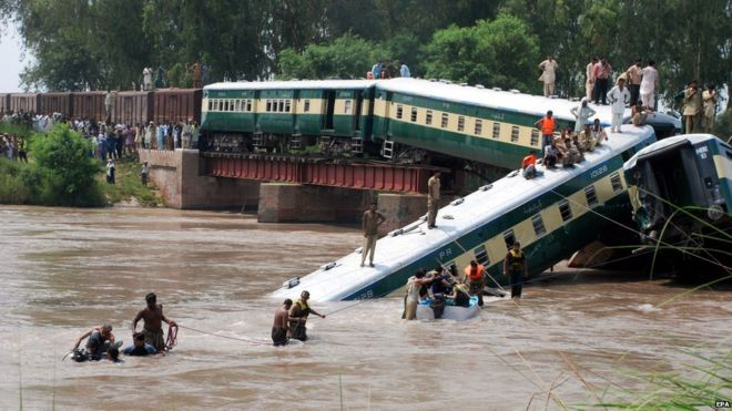Security officials rescue passengers after a train dreailed into a canal near Gujranwala, 80 kilometers north of Lahore, Pakistan, 02 July 2015.