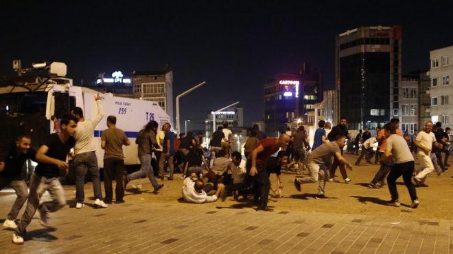 Gece boyunca Ankara'dan, başta meclise yapılan saldırı olmak üzere bombalama haberleri gelmeye devam etti. Taksim Meydanı'nda da uçakların geçişi panik havası yarattı.