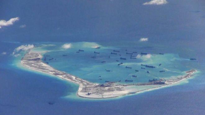スプラトリー(南沙)諸島近くで操業しているとされる中国の浚渫(しゅんせつ)工事船。2015年5月21日に米哨戒機撮影。