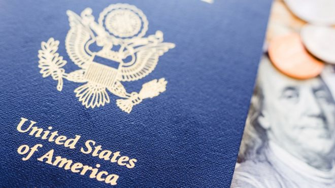 Passaporte e dinheiro americano