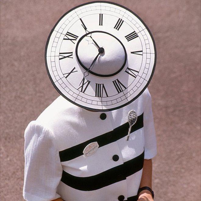Sombrero con cara de reloj si se ve por arriba