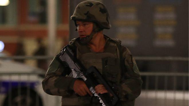 Un soldado patrulla las calles de Niza.