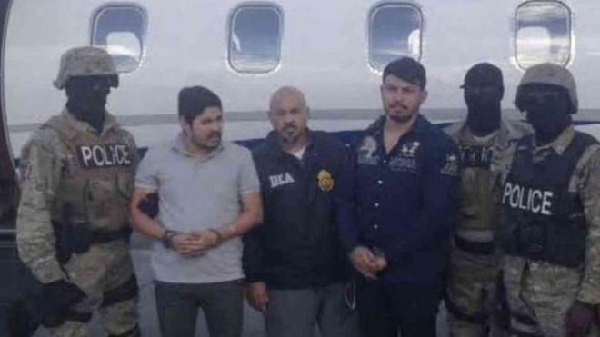 Campo (con camisa gris) y Flores (de azul) fueron arrestados en Haití en noviembre y trasladados a EE.UU.