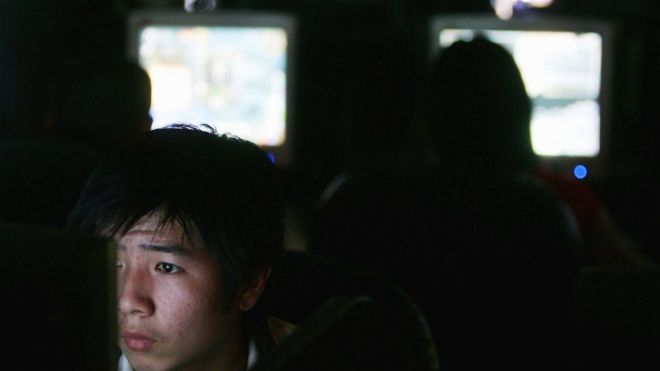 Chinos en un centro para navegar en internet