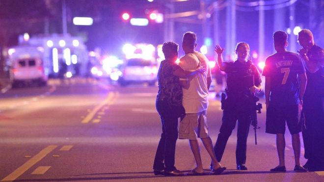 Policiais e curiosos próximos à cena do crime