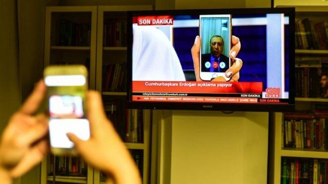 Cumhurbaşkanı Erdoğan CNN Türk canlı yayınına Facetime ile bağlandı.