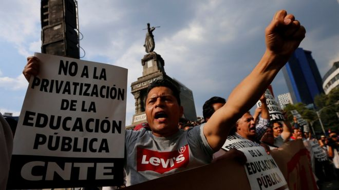 Miles de maestros se oponen a la reforma de la educación propuesta por el gobierno de México.