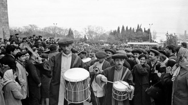 Novruz bayramı günü Bakı şəhərinin küçələrində təntənəli yürüş (21 mart 1968).