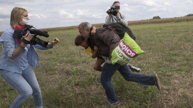 匈牙利脚踢难民女记者被判三年缓刑